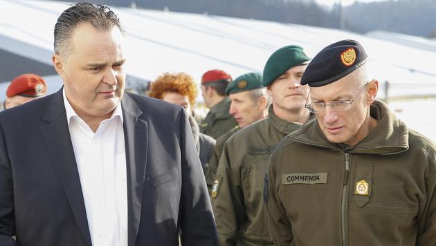 Hans Peter Doskozil und Generalstabschef Othmar Commenda diskutieren das Grenzmanagement. (Bild: APA/ERWIN SCHERIAU)