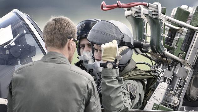 Letzte Besprechungen mit dem Bordmechaniker vor dem Abflug (Bild: Harald MINICH)