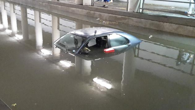 Die Insassen wurde gerade noch rechtzeitig aus dem Auto gerettet. (Bild: APA/FOTOKERSCHI.AT)