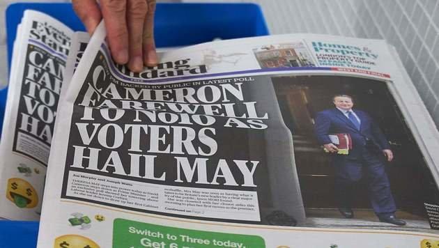 Natürlich war der Abschied Camerons und der Antritt Mays die Titelgeschichte in allen Abendausgaben. (Bild: APA/AFP/NIKLAS HALLE'N)