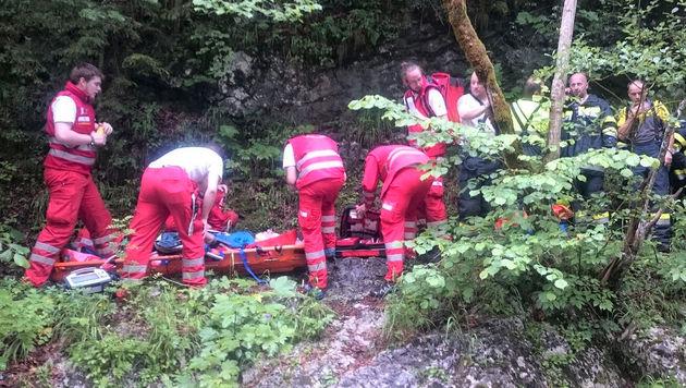 Kräfte des Roten Kreuzes bei der Versorgung des 77-Jährigen in der Salzaklamm (Bild: APA/ROTES KREUZ MARIAZELLERLAND)