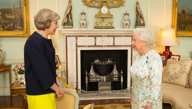 Theresa May während ihrer Audienz bei Queen Elizabeth II. (Bild: ASSOCIATED PRESS)