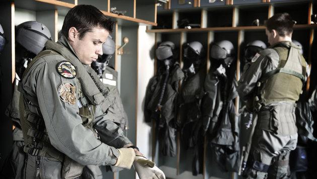 G-Anzug, Helm, Sauerstoffmaske: Flugvorbereitung in der Zeugkammer (Bild: Harald MINICH)