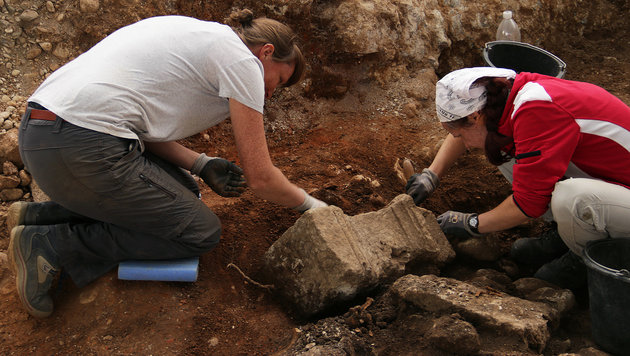 Die Freilegung eines dem Hercules geweihten Altars (Bild: APA/OÖ Landesmuseum)