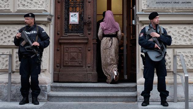 Schwer bewaffnete Polizeibeamte vor dem Grazer Straflandesgericht (Bild: APA/Erwin Scheriau)