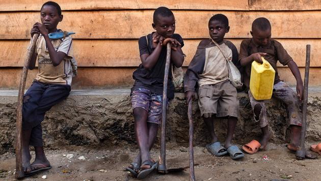 Kinder und Jugendliche in Afrika: Viele müssen arbeiten, statt in die Schule gehen zu können. (Bild: AFP)
