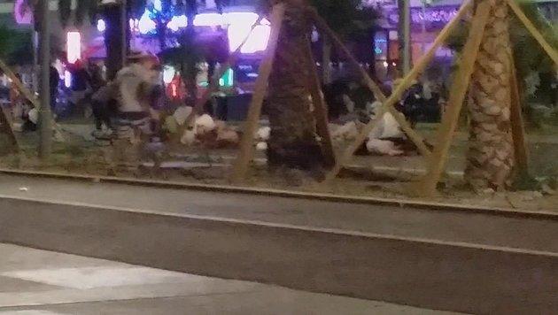 Entlang der Strandpromenade von Nizza sterben am Nationalfeiertag Dutzende Menschen. (Bild: AP)