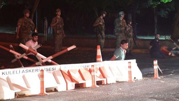 Diese Männer wurden von Soldaten festgenommen. (Bild: APA/AFP/BULENT KILIC)