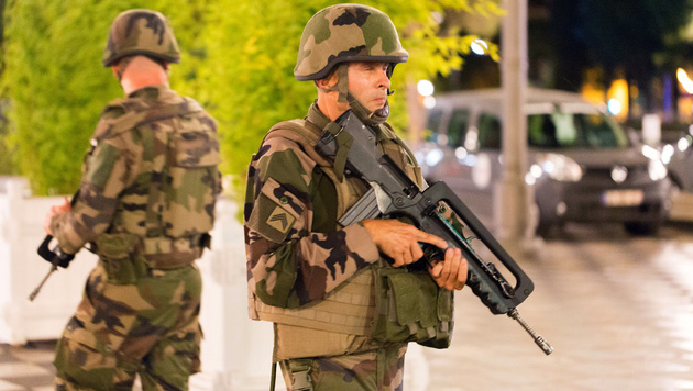 Soldaten in Nizza kurz nach dem Attentat am 14. Juli 2016 (Bild: AP)