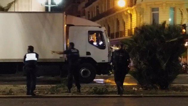 Der Lkw kurz nach Ende der Terrorfahrt von Nizza (Bild: AP)