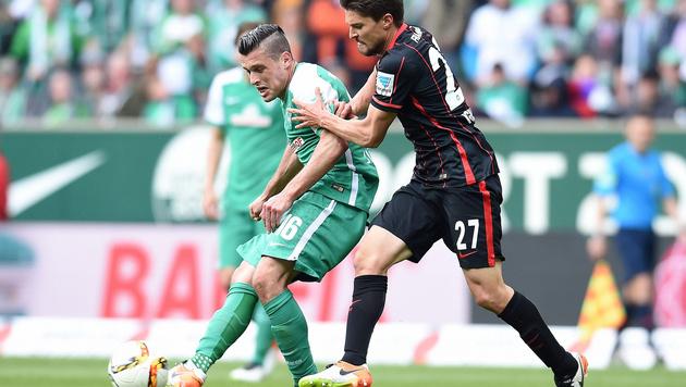 Zlatko Junuzovic (links) im Duell gegen Frankfurts Aleksandar Ignjovski. (Bild: GEPA pictures/ Witters)