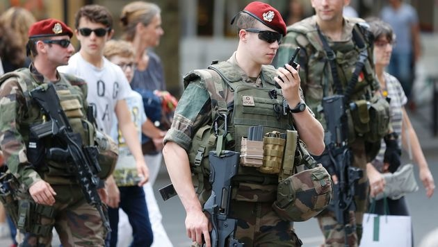 Soldaten in Paris (Bild: APA/AFP/MATTHIEU ALEXANDRE)