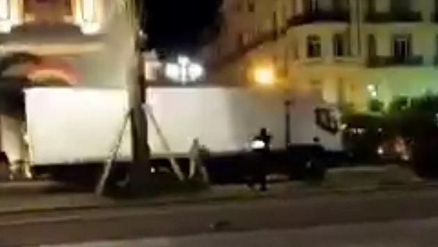 Bono während Nizza-Anschlag aus Lokal gerettet (Bild: twitter.com/RT)