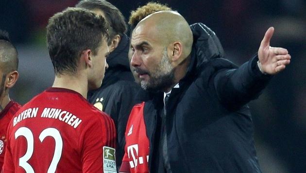 Pep Guardiola spricht nach einem Bundesliga-Spiel gegen Dortmund mit Joshua Kimmich. (Bild: APA/AFP/INA FASSBENDER)