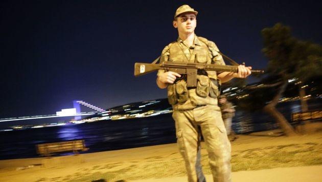Erdogan-Anhänger ringen putschendes Militär nieder (Bild: APA/AFP/YASIN AKGUL)