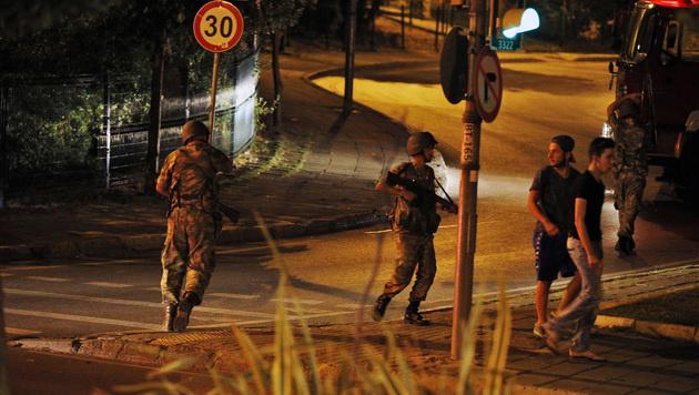 Erdogan-Anhänger ringen putschendes Militär nieder (Bild: ASSOCIATED PRESS)
