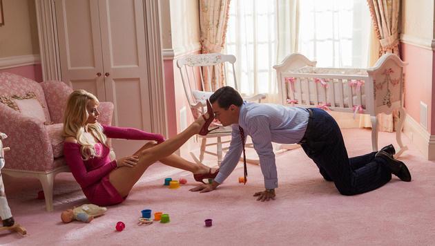 """Margot Robbie mit Leonardo DiCaprio in """"The Wolf of Wall Street"""" (Bild: Viennareport)"""