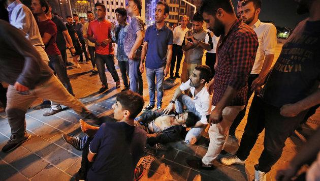 Erdogan-Anhänger ringen putschendes Militär nieder (Bild: AP)