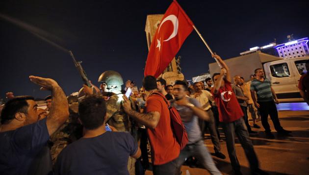 Erdogan-Anhänger demonstrieren am Taksim-Platz in Istanbul. (Bild: Associated Press)