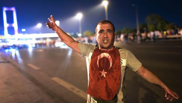 Erdogan-Anhänger ringen putschendes Militär nieder (Bild: APA/AFP/BULENT KILIC)