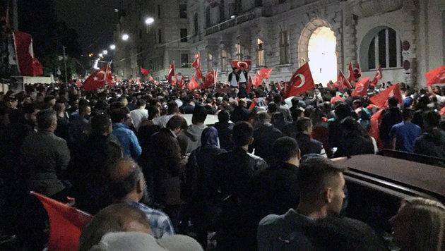 Demonstranten vor der türkischen Botschaft in Wien (Bild: Twitter.com/Dominik)