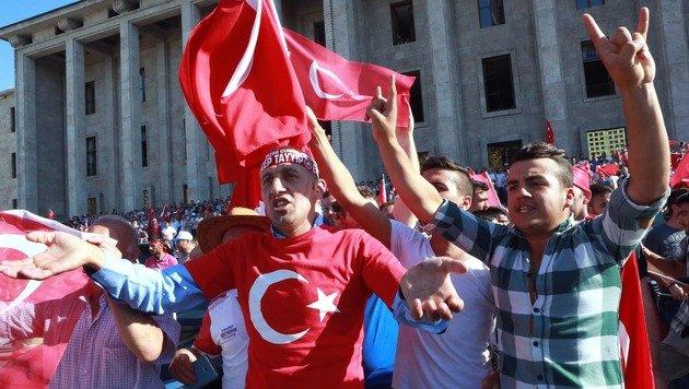 Anhänger der Regierung während einer Kundgebung vor dem Parlament am Tag nach dem Putschversuch (Bild: APA/AFP/ADEM ALTAN)