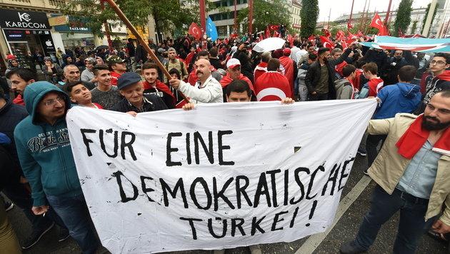 Pro-Erdogan-Demos auf Wiens Straßen (Bild: APA/HERBERT P.OCZERET)