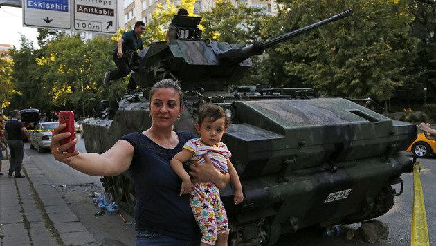 Derzeit beliebtes Motiv für Selfies: Beschädigte Panzer auf den Straßen Ankaras (Bild: ASSOCIATED PRESS)