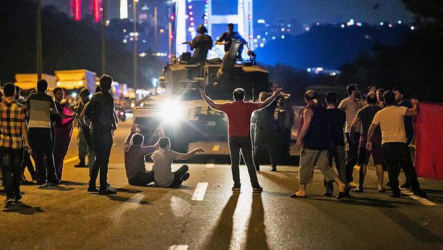 Die Bevölkerung stellte sich den Panzern in den Weg. (Bild: APA/AFP/GURCAN OZTURK)
