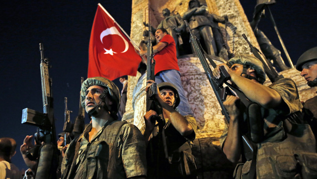 Erdogan-Anh�nger demonstrieren am Taksim-Platz in Istanbul. (Bild: Associated Press)