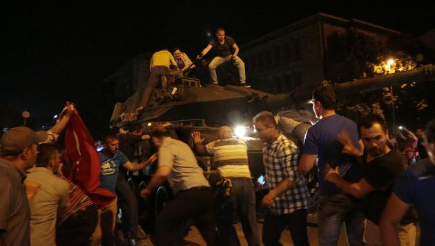 Erdogans Anhänger attackieren einen Panzer. (Bild: Associated Press)