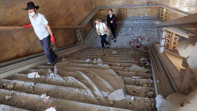 Parlamentsangestellte begutachten die Schäden nach der Putschnacht. (Bild: APA/AFP/ADEM ALTAN)
