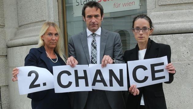 Eltern und ORF-Moderator Stefan Gehrer fordern eine zweite Chance für die Lehrerinnen. (Bild: Peter Tomschi)