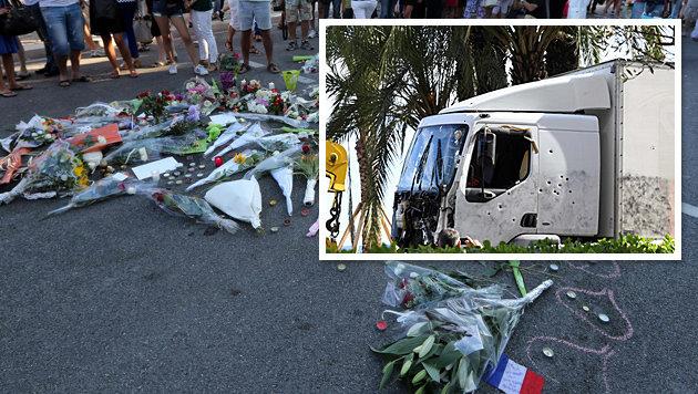 Die durchsiebte Fahrerkabine des Todes-Lkws; Blumen, Kerzen und Briefe auf der Promenade in Nizza (Bild: AFP)