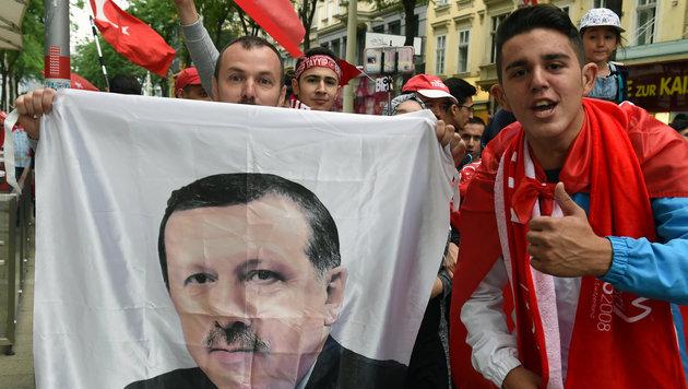 Sie lieben ihren Präsidenten: Türkische Demonstranten in Wien (Bild: APA/HERBERT P. OCZERET)