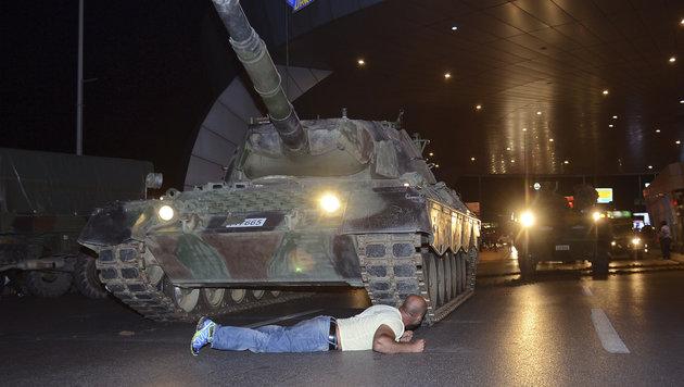 """Türkei: """"Die Menschen haben die Panzer gestoppt"""" (Bild: AP)"""