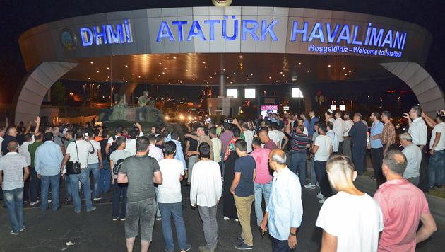 Chaos herrschte am Samstag am Flughafen Ataturk in Istanbul. (Bild: AP)