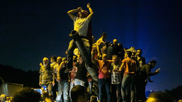 Erdogan-Anhänger ringen putschendes Militär nieder (Bild: APA/AFP/GURCAN OZTURK)