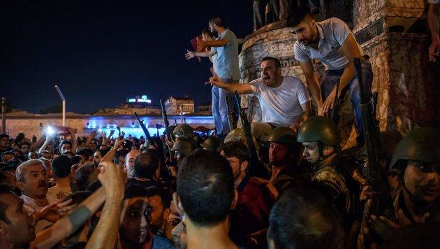 Erdogan-Anhänger ringen putschendes Militär nieder (Bild: APA/AFP/OZAN KOSE)