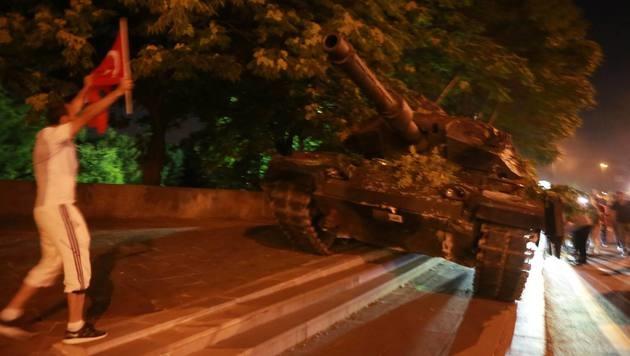 """Türkei: """"Die Menschen haben die Panzer gestoppt"""" (Bild: AFP)"""