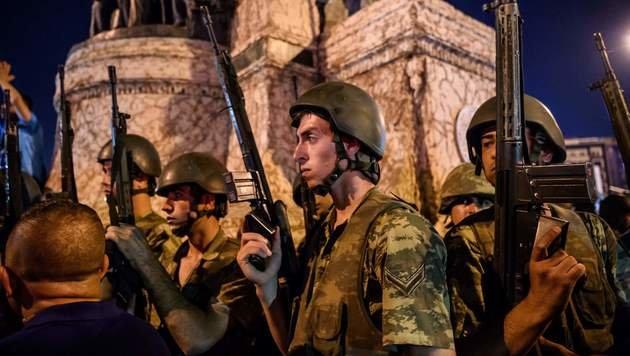 Erdogan-Anhänger ringen putschendes Militär nieder (Bild: AFP)