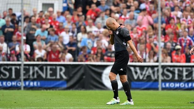 Arjen Robben geht im Testspiel gegen Lippstadt verletzt vom Platz. (Bild: APA/AFP/PATRIK STOLLARZ)