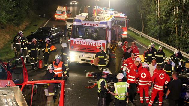 Eine Tote und ein Schwerverletzter bei Autounfall (Bild: APA/FF ST. MARTIN IM MÜHLKREIS)