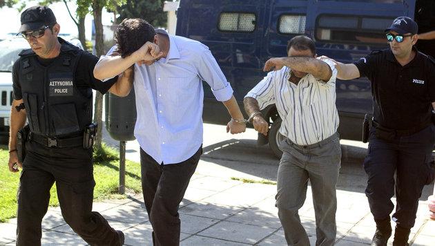 Zwei der acht geflohenen Soldaten auf dem Weg zum Richter (Bild: ASSOCIATED PRESS)