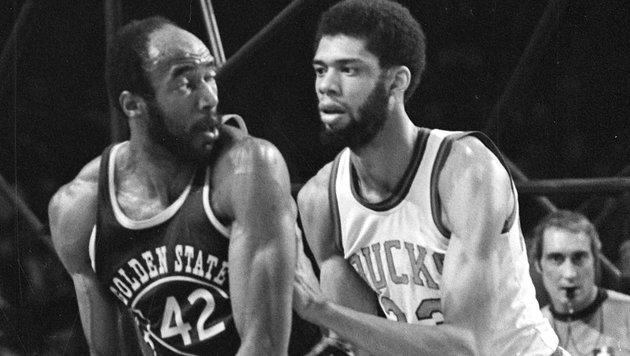 Nate Thurmond (links) gegen Kareem Abdul-Jabbar (Bild: AP)
