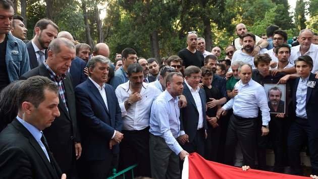 Erdogan weint bei Begräbnis von Putschopfer (Bild: APA/AFP/DANIEL MIHAILESCU)
