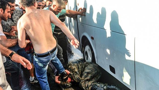 Brutale Rache an einem Putschisten (Bild: twitter.com/CBS News)