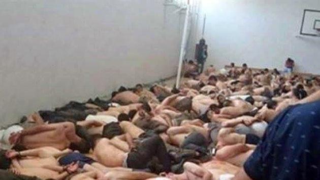 Festgenommene Soldaten (Bild: Twitter.com/KeremSchaumberger)