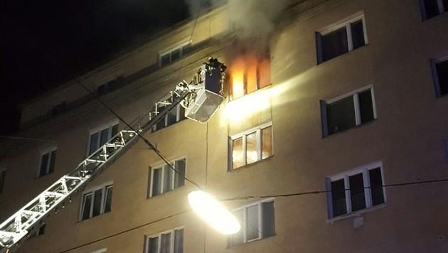 Per Drehleiter startete die Feuerwehr den Löschangriff. (Bild: MA 68 Lichtbildstelle)