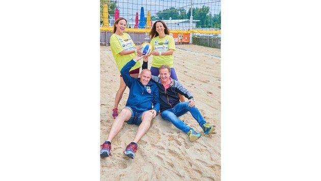 Ball-Quartett: Kirchberger, Russwurm, Kalina & Beachvolleyballtrophy-Macher Faist (Bild: Starpix/ Alexander TUMA)